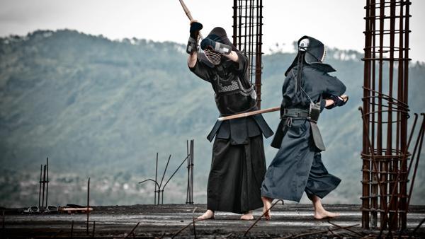 为什么日本武士都带很多把刀?