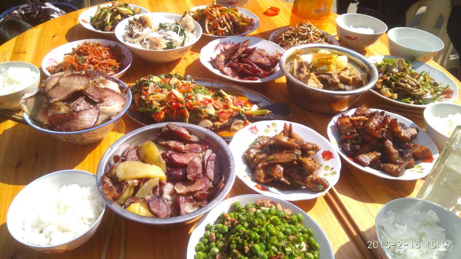 今年过年真热闹,姑姑们都到我家来过年,年夜饭做了几桌才够,这是我拍图片