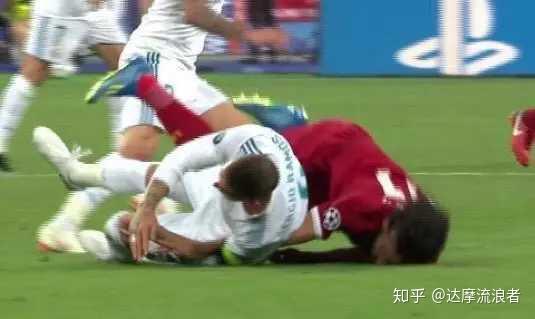 如何看待17-18赛季欧冠决赛拉莫斯故意伤害萨拉赫?图片
