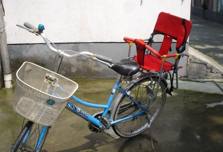 这类座椅不就是我们小时候坐过的自行车小凳子吗?