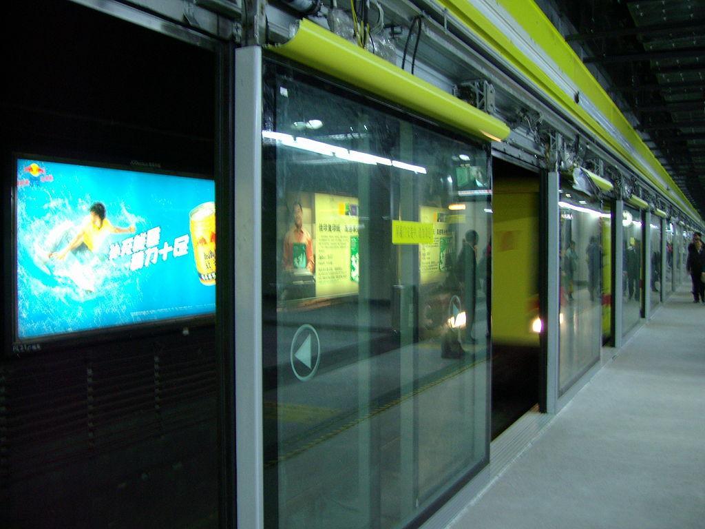 是不是很多国外地铁站台都没有屏蔽门而国内都有?图片