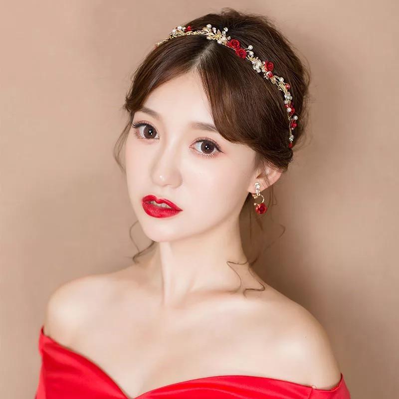 搭配一字领的婚纱,再画一个深色系大红唇复古妆容,优雅的欧洲贵族气质图片