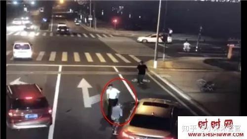 网上流传的一段监控视频显示,江苏昆山一辆宝马车在变道时,撞到了
