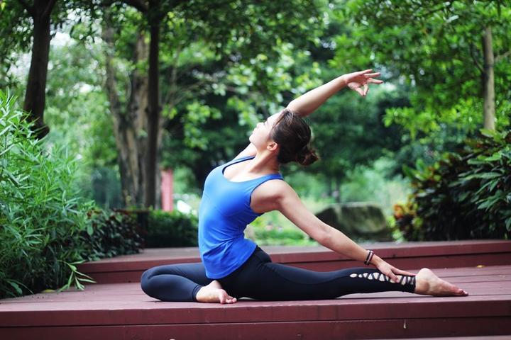 右大腿的下方垫毛毯或瑜伽砖,保证髋部摆正,不掀髋) 接简易鸽子式练习图片