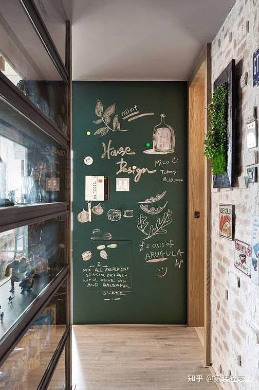 离开家时,门口的黑板墙又有了提示作用,提醒自己要随身携带的物件和要图片