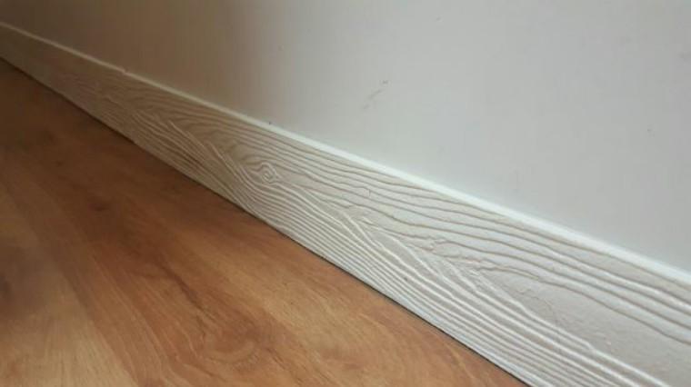 白门白墙特别适合白色踢脚线,和地砖地板都很搭.