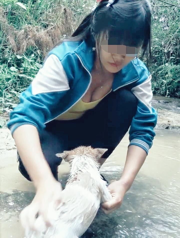 摸表妹_这主要得益于我表妹的悉心照顾,隔三差五就带它去小河边洗身子,还用沐