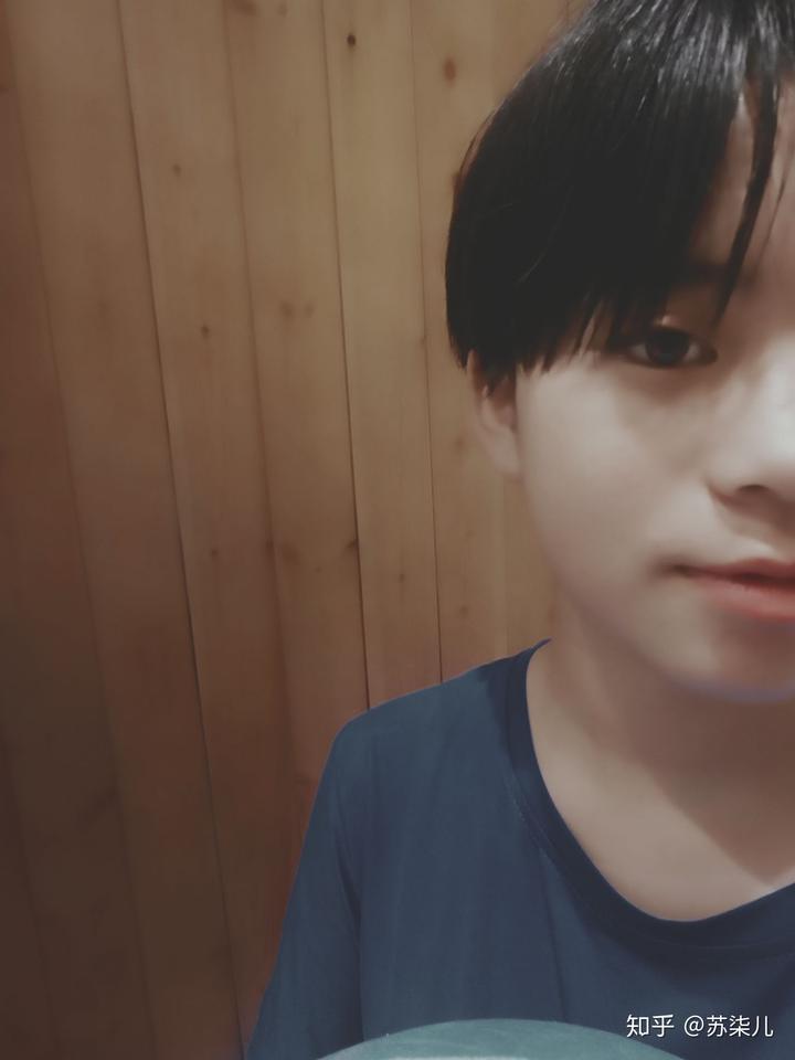 剪了头发后被人认成男生是经常有的事情,刚开始还挺气愤,现在已经图片