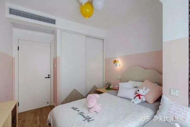粉色配白色,拼色墙让儿童房变得更有层次感,卡通的款式的灯具让房间更