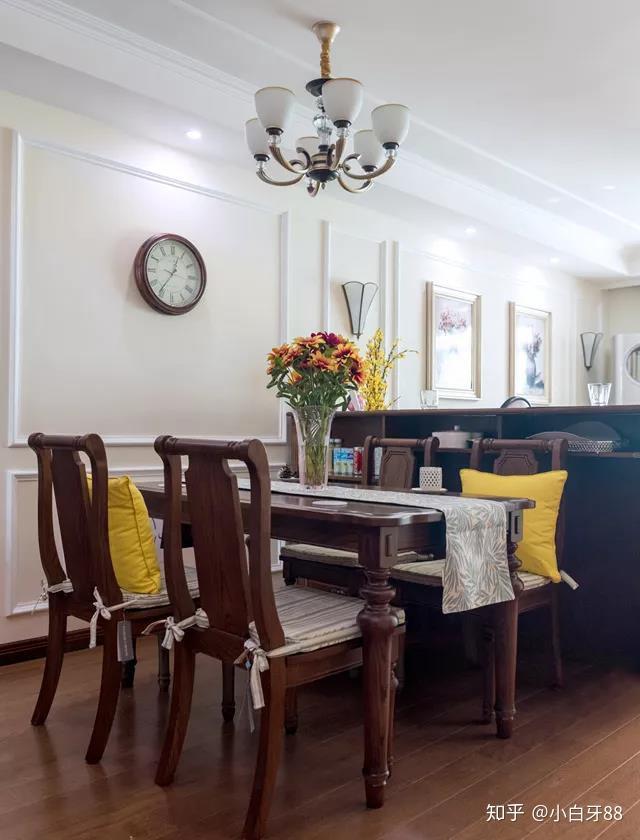 餐厅背景墙同样是装着美式边框的线条,搭配一套美式实木的餐桌椅图片
