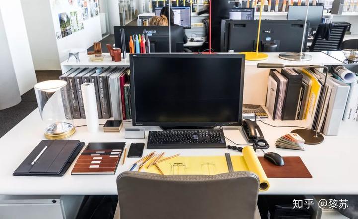 品牌内容总监tony chambers的办公桌,虽然东西很多,但物品摆放得井然图片
