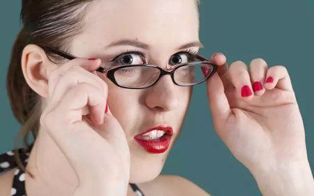 期戴眼镜眼睛�9oh_眼球突出,影响美观,所以抵触配戴眼镜.