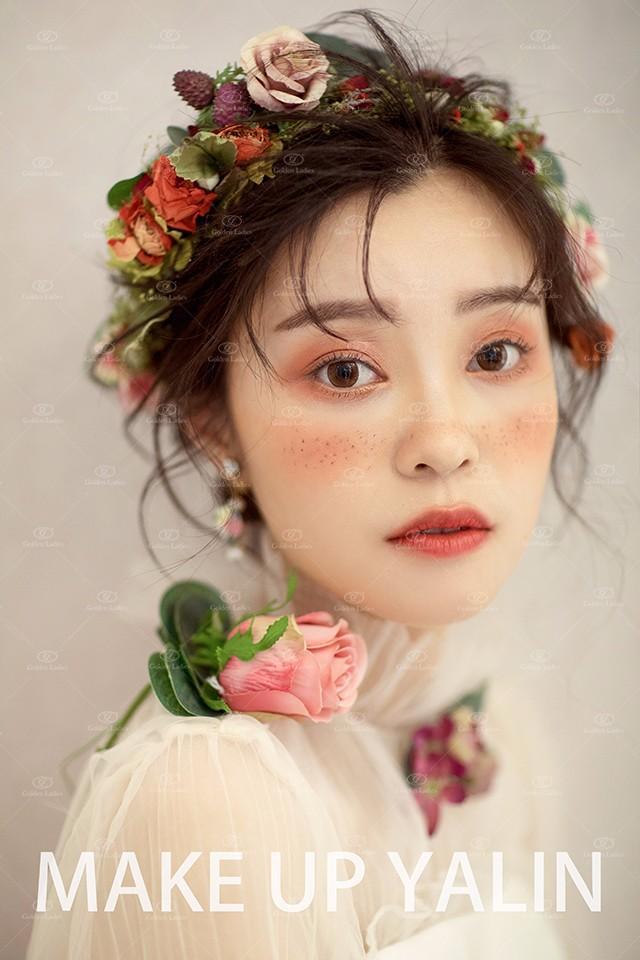 森林系新娘婚纱照 雀斑 腮红 森林系新娘有着如小鹿般纯净懵懂的眼神图片