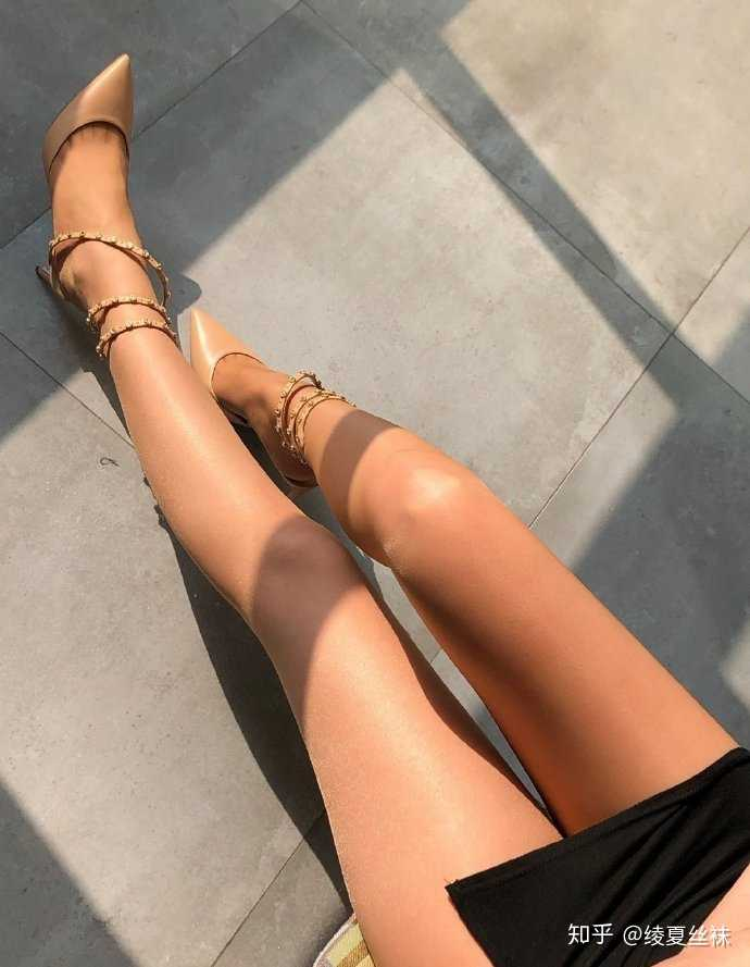 女生喜欢穿肉色丝袜还是黑丝袜?22