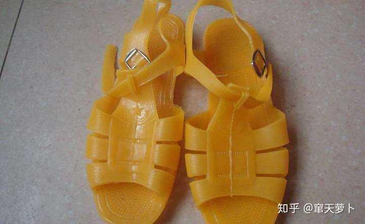 为什么现在的女生夏天穿凉鞋不搭配丝袜而是光着脚?
