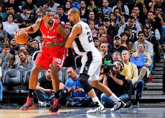 打篮球背打的时候,对手用小臂顶着你的腰,这样