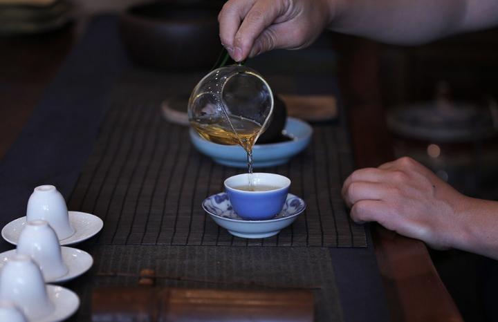茶垢怎么一泡就掉(泡茶留下的老茶渍如何清洁)插图
