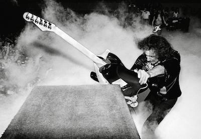为什么很多摇滚歌手喜欢在演唱会中摔吉他?