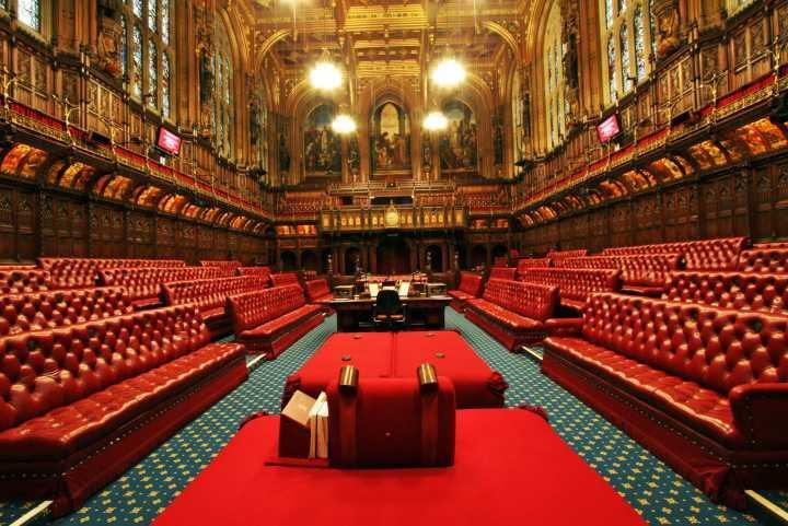 英国议会会议厅的布置有什么细节吗?