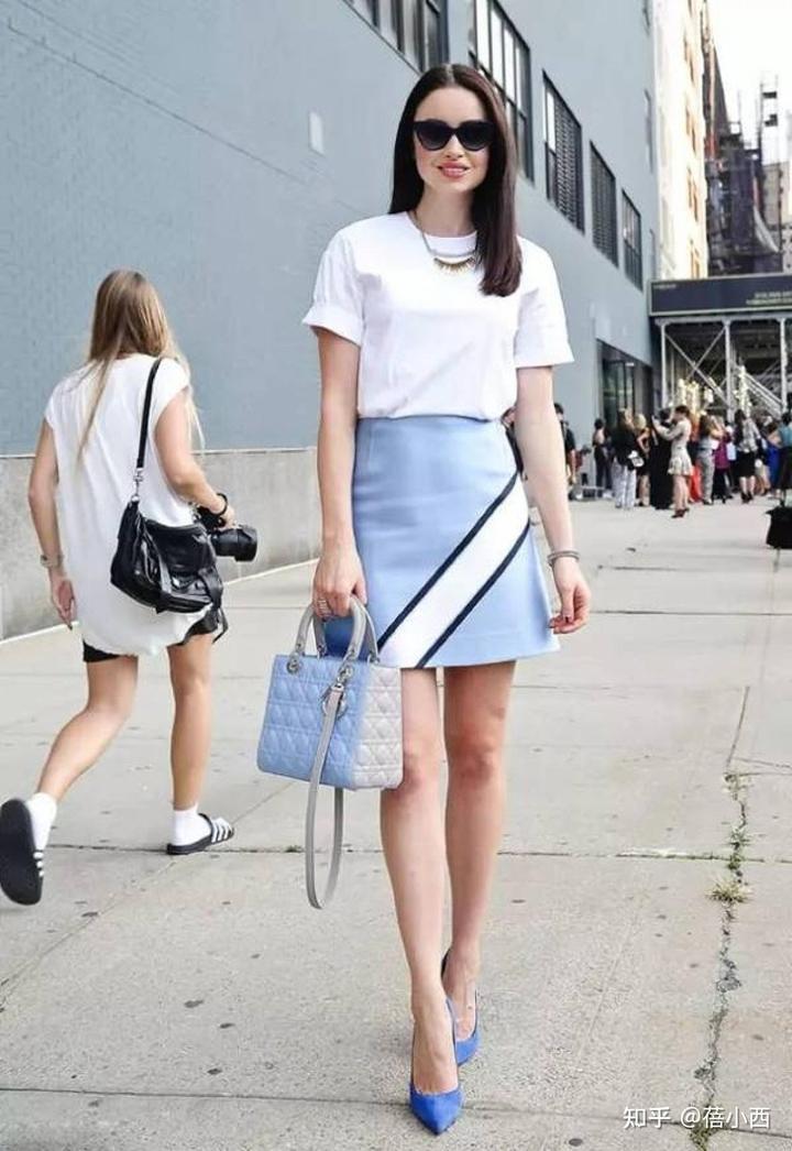 金晨复古风的蓝色+白色怎么穿更时髦?看完你就知道了插图6