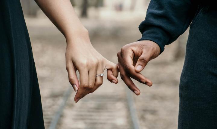 恋爱_包办婚姻和自由恋爱,到底哪个更幸福?