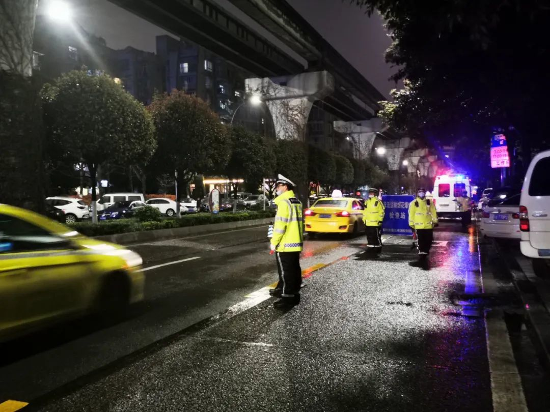 元宵节重庆执勤交警收到市民和闪送小哥的双倍温暖