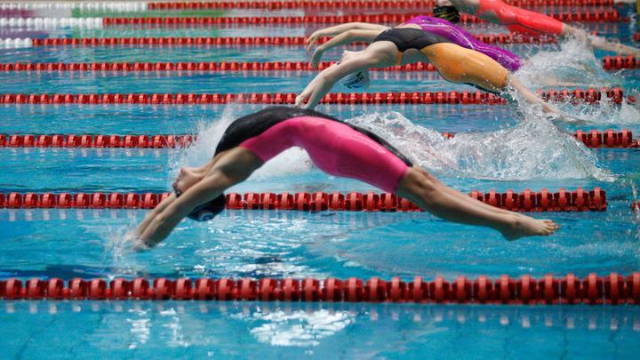 轻轻松松把竞速泳衣穿在身上,可能比破纪录更难一些