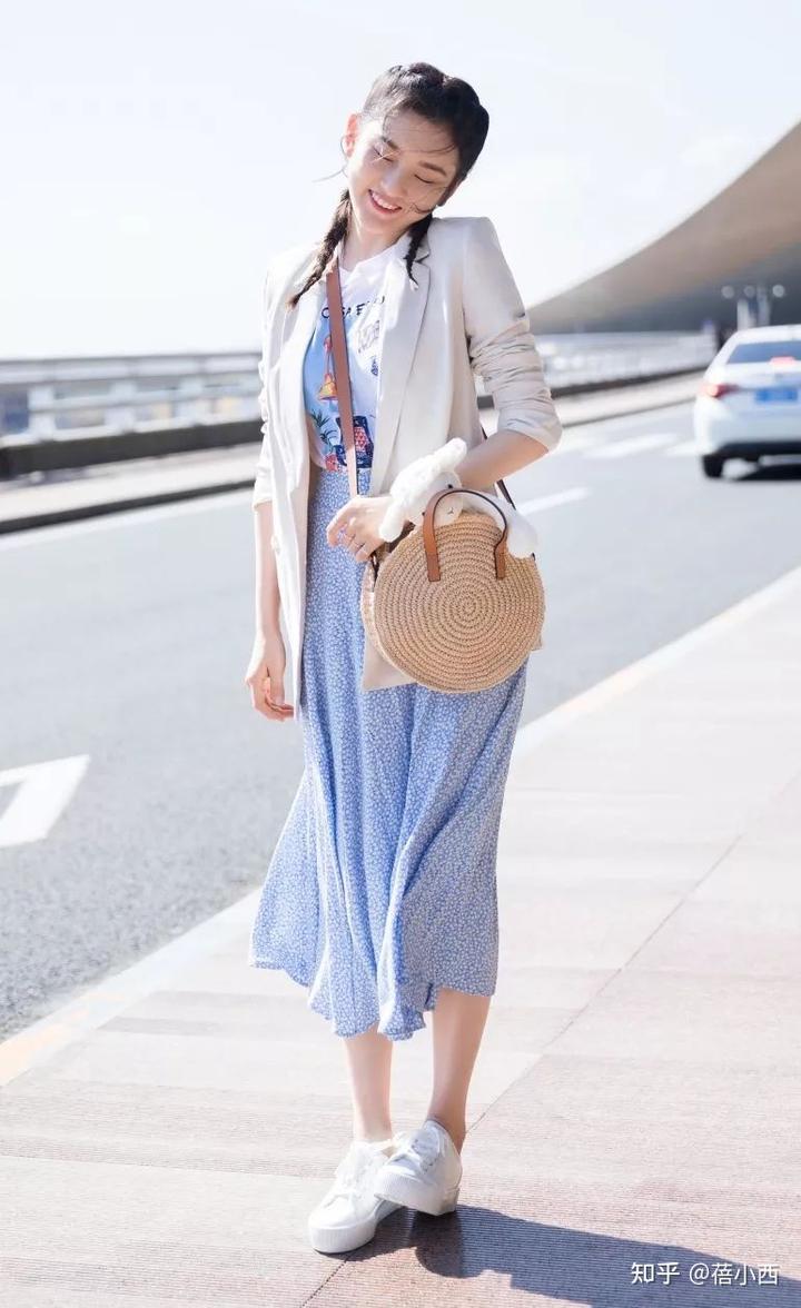 金晨复古风的蓝色+白色怎么穿更时髦?看完你就知道了插图10
