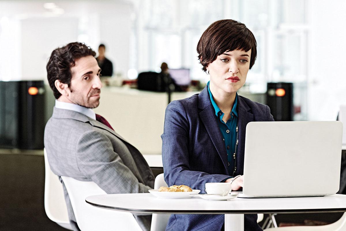 在你上司靠近你座位时,用人脸识别技术及时屏幕切换