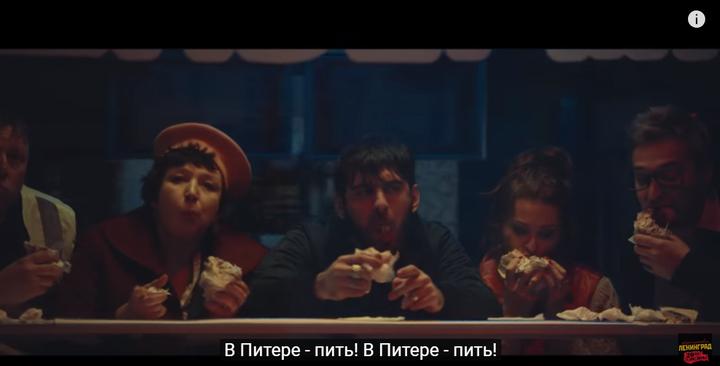 喝醉了、玩累了、饿了,于是5个人就吃土耳其卷饼,这个神态真的就是喝多了差不多快醒酒时那种空虚、迷茫的眼神,不得不说演员是真的敬业