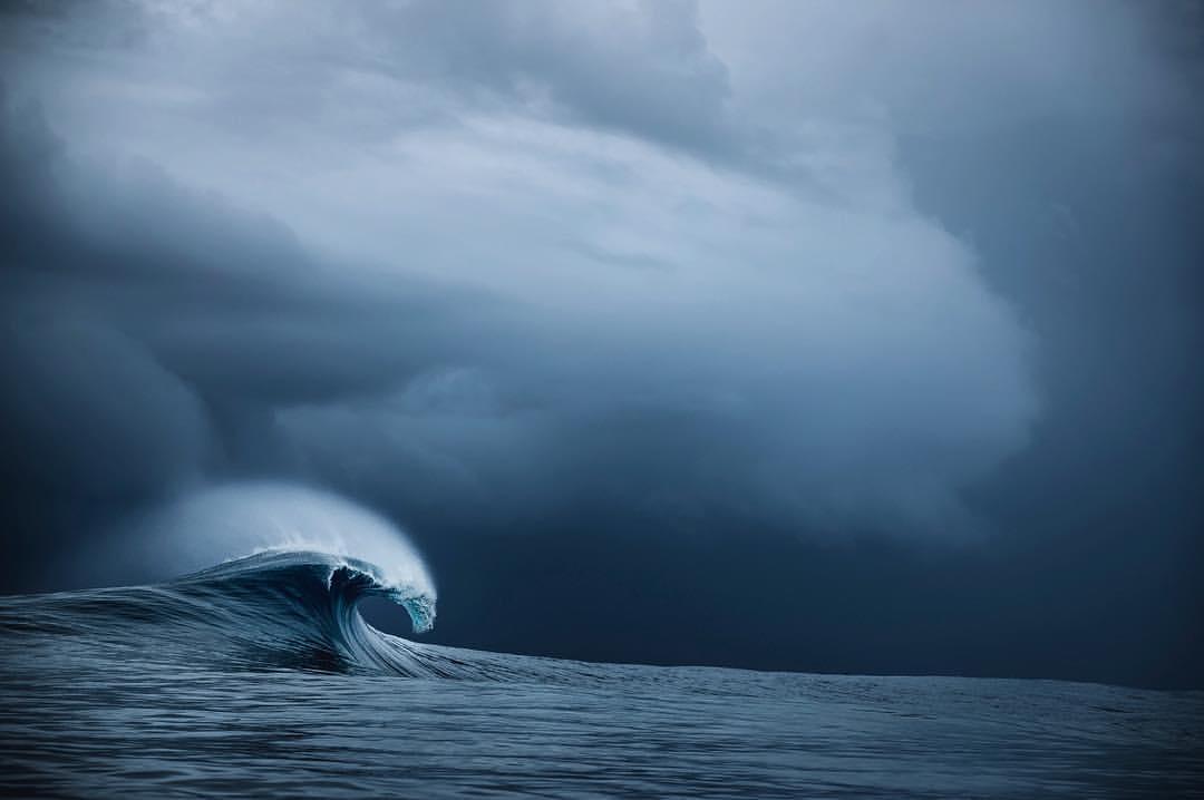 时间静止后,凝固的海浪美得像一座雕塑