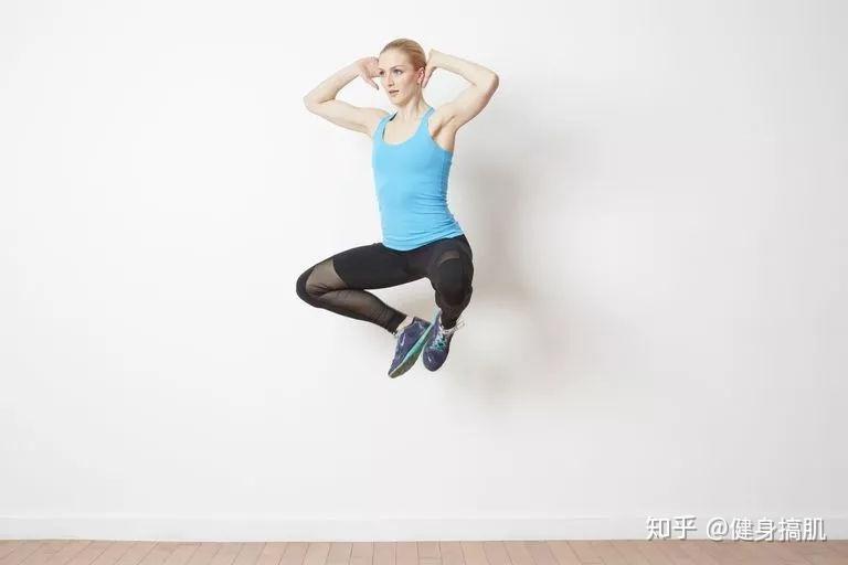 蛙跳是一個高強度動作,可以增強下肢力量,心肺耐力圖片