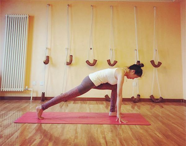 瑜伽热身运动视频_瑜伽体式——拜日式基本步骤 - 知乎